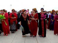 У Туркменистані чиновницям заборонили фарбувати волосся, нарощувати вії і робити манікюр