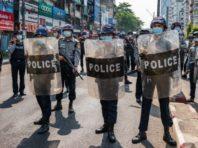 Громадяни М'янми продовжують виходити на протести попри рейди силовиків