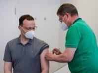 Глава МОЗ Німеччини вакцинувався препаратом AstraZeneca