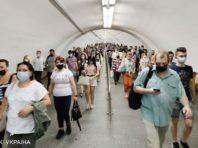 В метро Києва з початку року склали 2,5 тисячі протоколів на пасажирів безмасок